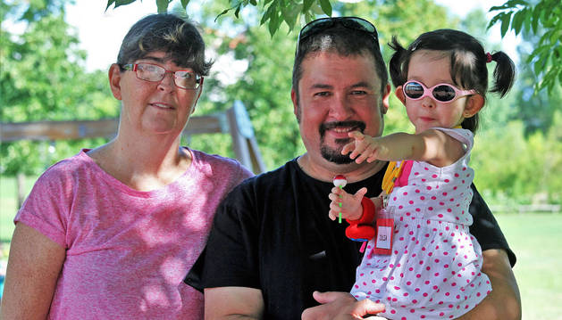 Los padres de Julia Gallardo Pérez, que empezó el pasado martes 1º de Educación  Infantil en el CP El Lago.