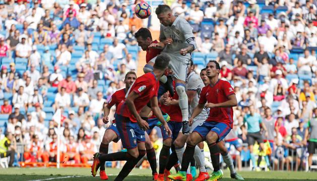 Jugadores de Osasuna y Real Madrid pelean un balón aéreo durante el partido de ayer