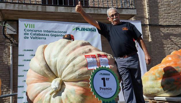 Carlos Callén posa con su calabaza, que pesó 631,6 kilos y batió el récord de España.