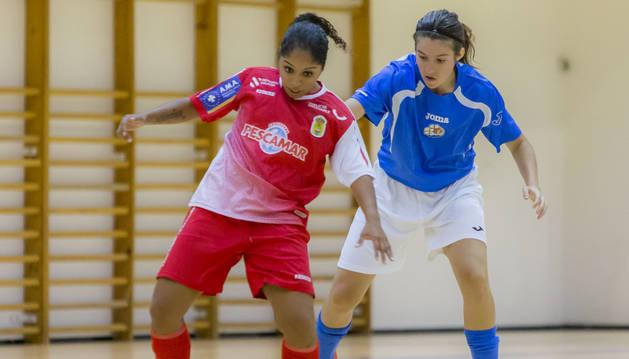 La jugadora del Txantrea Rebeka pugna por un balón en el partido de ayer ante el Poio Pescamar