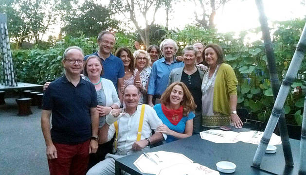 El grupo de italianos tras el viaje, entre ellos Elida Veliaj (pañuelico) y Aldo Oportuno (detrás, camisa azul).
