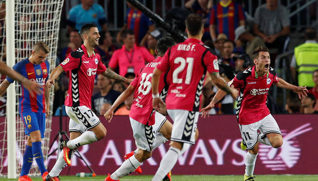 El jugador del Alavés, Ibai Gómez, celebra el segundo gol.