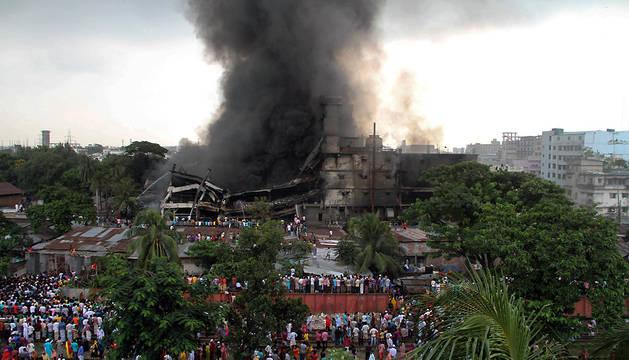 Cientos de personas observan el edificio siniestrado.