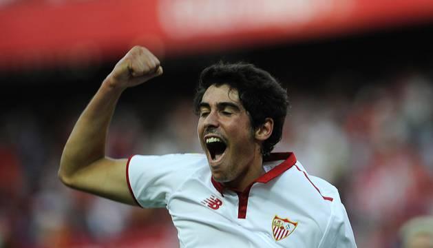 Carlos Fernández celebra el gol que le ha dado la victoria al Sevilla.