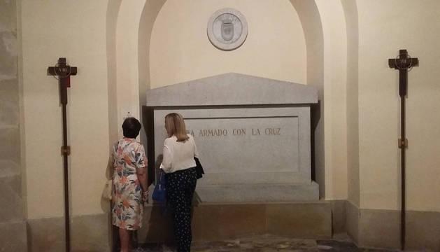 Dos sobrinas carnales del sacerdote durante l avisita que pudieron hacer a la tumba de Pedro Martínez Chasco.