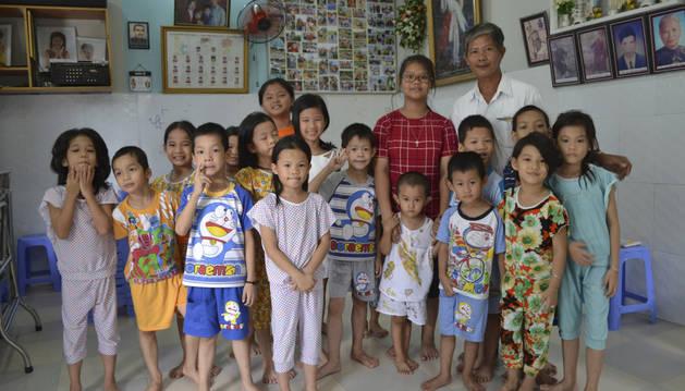 El vietnamita Tong Phuoc Phuc lleva 15 años acogiendo en su casa a bebés cuyas madres no pueden ocuparse de ellos.