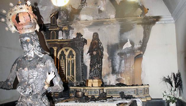 Capilla de la Dolorosa, con la imagen quemada, detrás, y delante la de la patrona de Fontellas que se saca en procesión en fiestas.