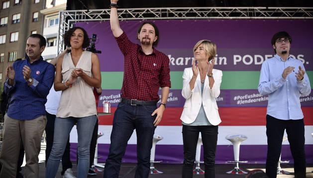 El líder de Podemos, Pablo Iglesias (i), acompañado por la candidata a lehendakari, Pili Zabala (2d).