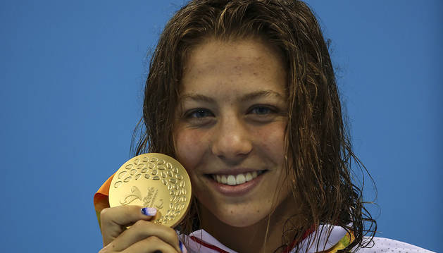 La nadadora Nuria Marqués posa con su medalla de oro.