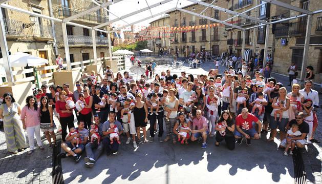 Los niños nacidos de fiestas a fiestas junto a sus familiares tras la imposición de pañuelicos.