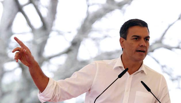 El secretario general del PSOE, Pedro Sánchez, durante su intervención en un acto de campaña celebrado este sábado en el concello coruñés de Cerceda.