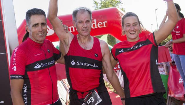 Mireia Belmonte, Miguel Indurain (i) y Abel Antón (c), tras cruzar juntos la meta de la la Santander Triathlon Series Sevilla