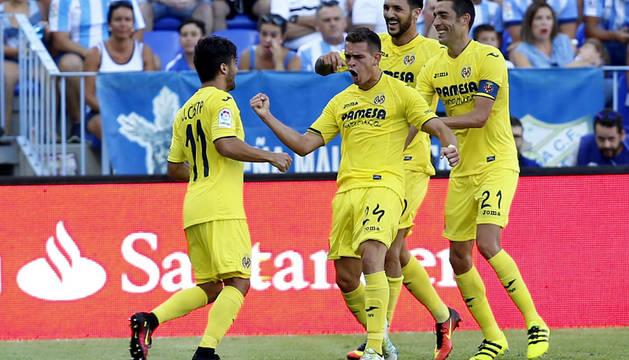 Los jugadores del Villarreal celebran el primer gol.