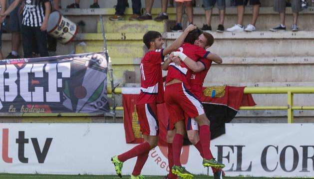 Los jugadores de la Mutilvera celebran el histórico tanto de Ibero que dio la primera victoria de la temporada al cuadro navarro en Burgos.