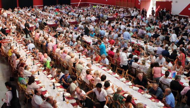 Unas 800 personas llenaron el polideportivo de Arguedas para disfrutar de la comida.