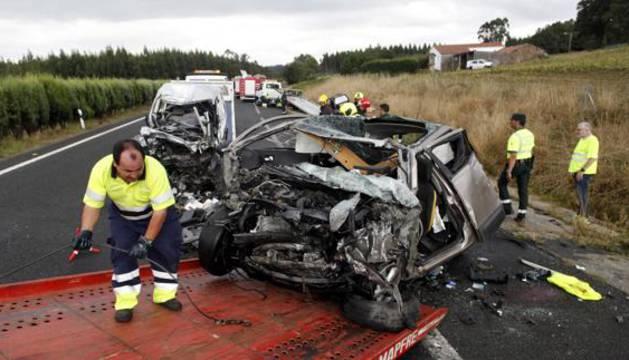 Un operario retira uno de los vehículos siniestrado en un accidente en la A-6.