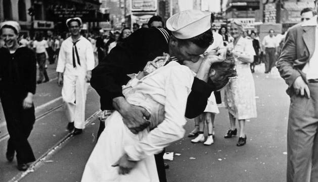 La icónica fotografía, celebración en Times Square de la victoria estadounidense sobre Japón.