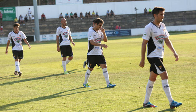 Los jugadores del Tudelano se retiran cabizbajos a vestuarios tras un nuevo empate en el Ciudad de Tudela ante el Boiro.