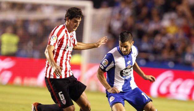 El centrocampista del Deportivo CArles Gil (d) y el centrocampista del Athletic Mikel San José.
