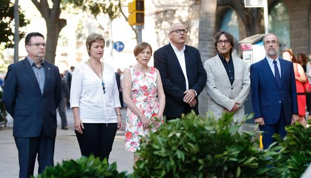 La presidenta del Parlamento catalán, Carme Forcadel, junto a otros miembros del Govern en la ofrenda floral de la Diada en Barcelona.