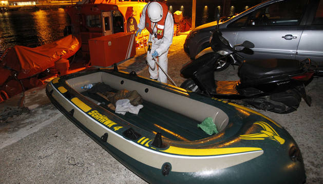 La embarcación en la que viajaban los tres magrebíes rescatados por Salvamento Marítimo cerca de Cádiz.