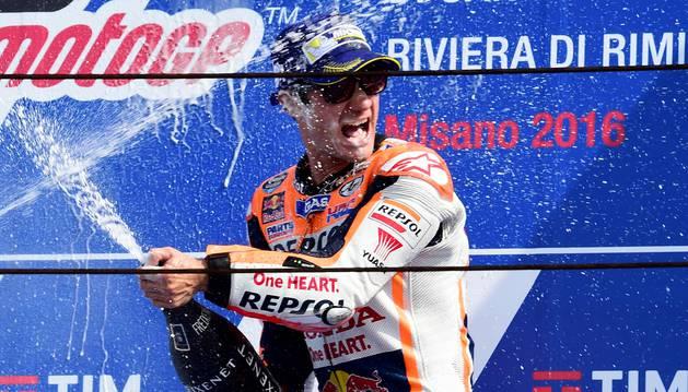 El piloto español de Repsol Honda Dani Pedrosa celebra su victoria en el circuito de Mila