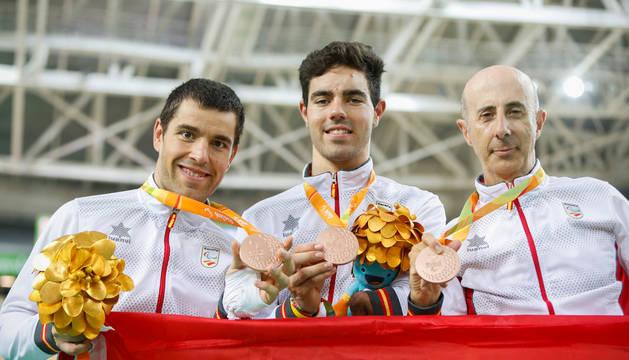Eduardo Santas Asensio, Alfonso Cabello Llamas y Amador Granados Alkorta posan con sus medallas de bronce.