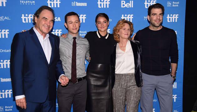 El director Oliver Stone con los actores Joseph Gordon-Levitt, Shailene Woodley, Melissa Leo y Zachary Quinto en la presentación de la película 'Snowden' en el Festival Internacional de Cine de Toronto.