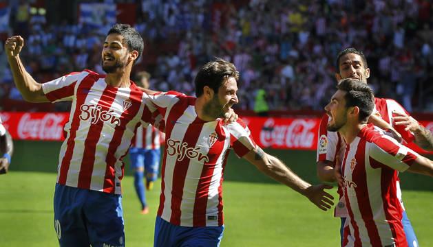Nacho Cases y Duje Cop celebran con sus compañeros el primer gol del Sporting.