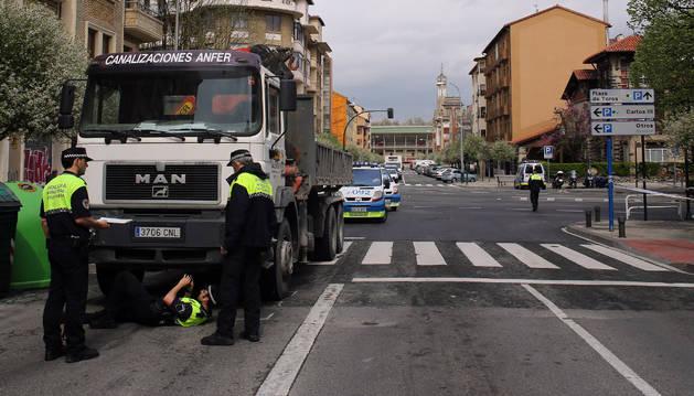 Varios agentes de Policía Municipal atienden un atropello en la calle Olite.