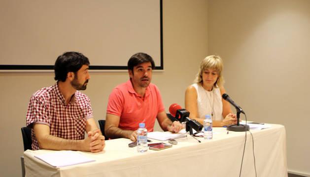 De izquierda a derecha, Álvaro Baráibar, Eneko Larrarte y Ana Ollo, en la presentación del homenaje que se realizará en Tudela.
