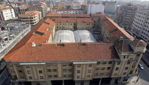 Imagen aérea del antiguo edificio de la estación de Pamplona, con la fachada principal en Conde Oliveto.