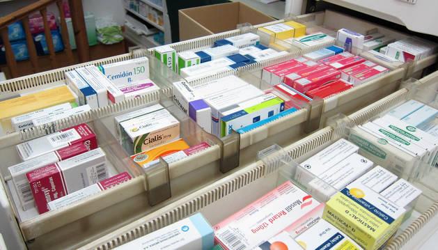 Cajas de medicamentos en los cajones de una farmacia.
