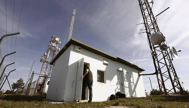 El pasado mayo, un operario entra en una caseta en el Perdón, desde donde ETB emitía su señal a la comarca de Pamplona sin autorización.