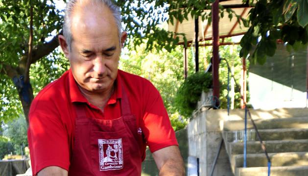 Escaldado del tomate con la ayuda de un saco de rafia.