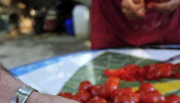 Los botes se rellenan con agua y jugo que cae del tomate al pelarlo.