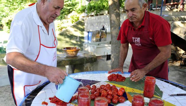 Momento del pelado del tomate una vez escaldado y enfriado.