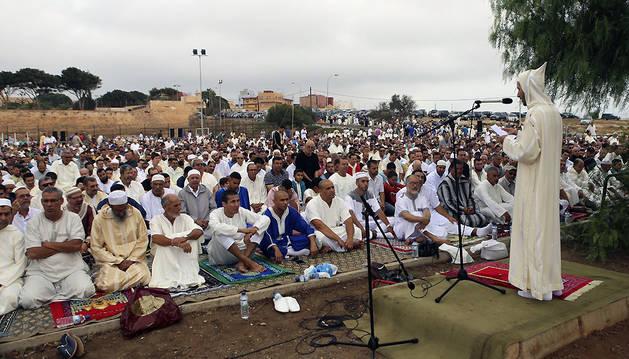 Miles de ciudadanos que profesan la religión musulmana han comenzado en Melilla a sacrificar un cordero para cumplir con el rito islámico.