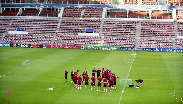 Varios jugadores del Atlético de Madrid durante su entrenamiento en Eindhoven, Holanda