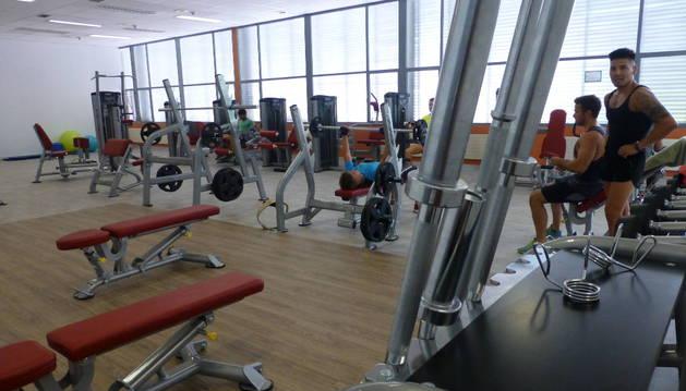 Interior del polideportivo, con la sala de fitness que ha sido ampliada y modernizada durante el verano.