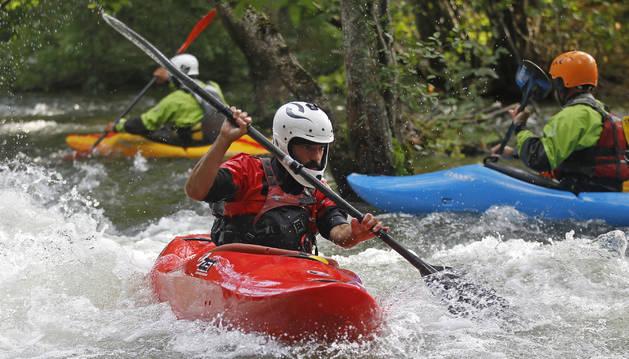 Cerca de 70 aficionados aprovecharon la crecida para bajar las aguas, ayer bravas, del río Arga, unos seis kilómetros entre Eugi y Zubiri.