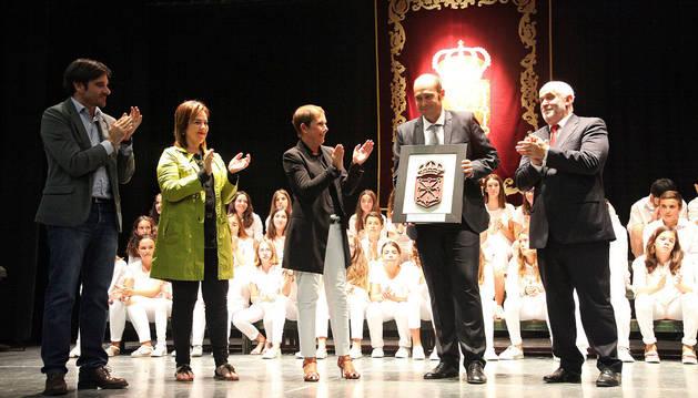 De izda. a dcha., Eneko Larrarte, Ainhoa Aznárez, Uxue Barkos, Miguel Fernández -con el obsequio- y José Luis Mendoza, ante el coro de Griseras.