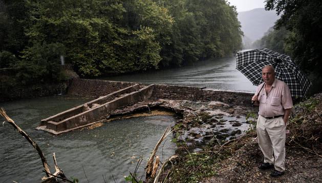 El veterano pescador de Bera Juan Otamendi acudió ayer por la tarde a comprobar la evolución de las obras en la presa de Endarlatsa.