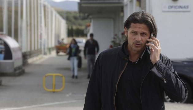 Petar Vasiljevic hablando por teléfono este verano en las instalaciones de Osasuna en Tajonar