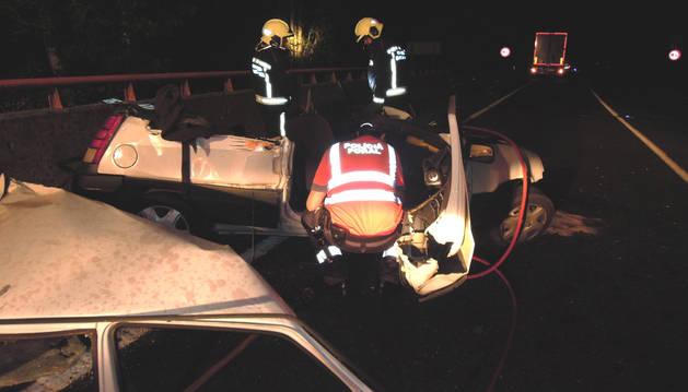 Un fallecido al  chocar un coche y un camión en la N-121-A en Sunbilla