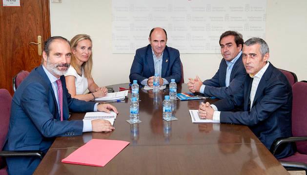 El vicepresidente Ayerdi y la directora general Izaskun Goñi con (de izda a decha) José Antonio Concha, gerente; Francisco López de Alda Arrese, presidente; y Javier Artetxe, asesor.
