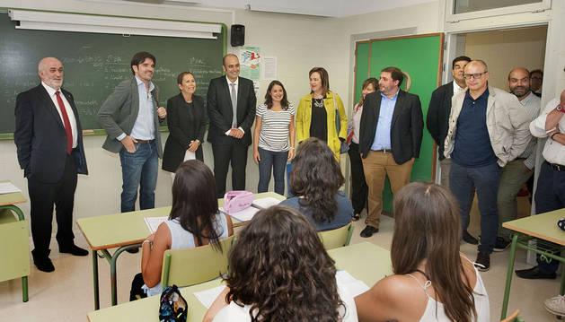 La Presidenta Barkos y el resto de autoridades en un aula.