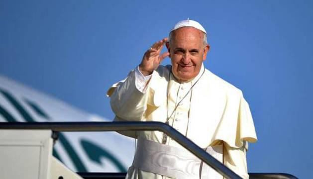 El papa Francisco antes de entrar en su avión.