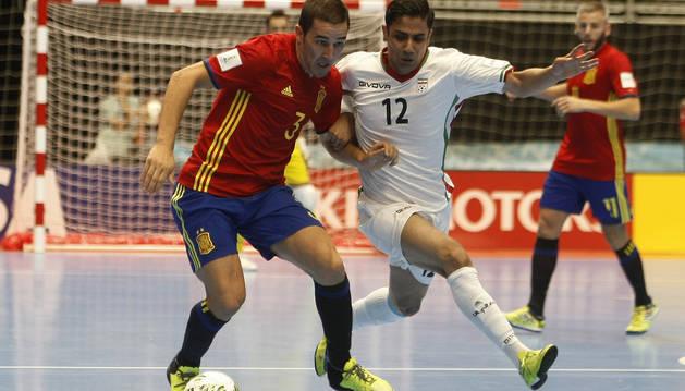 El iraní Ali Hassan Zadeh disputa el balón con el español Sergio Lozano durante el partido entre España e Irán del Mundial de Futsal Colombia 2016