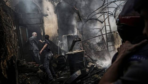 Los bomberos intervienen en un incendio en Damasco, en las primeras horas del alto en fuego
